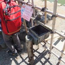 この木の箱にエサを入れると、竹管を通りお堀に落ちるようです。