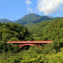 東沢渓谷に架かる赤い橋