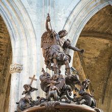 大天使ミカエルの像がかっこいい