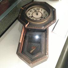 11;02で止まったままの時計。