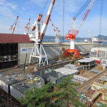 戦艦大和を建造した造船所が高台から望めます。