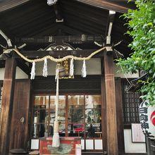 服部坂に建つ神社です