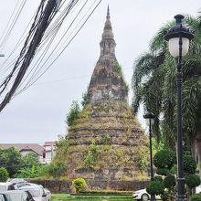 かつてタイの侵入から守ったという龍が祭ってある塔。草木が茂り、かなり苔むしている