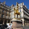 写真:ジャンヌダルク像とピラミッド広場