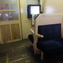 昔の電車の座席。