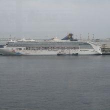 対岸の桟橋に停泊しているスーパースターヴァーゴ
