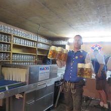 スタッフさんも大忙し・・物凄い数のビール運びです。