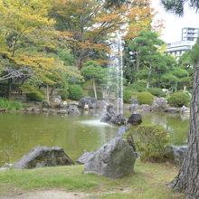緑の多い和風の庭園
