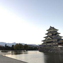 アルプスのシルエットが美しい松本城。ちょこっと槍ヶ岳もみえま