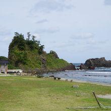 岬の突端から浸食に耐えて残った島がいくつか連なっていて