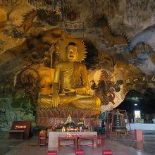 洞窟の中に大きな仏像があります.