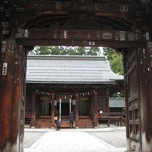 上杉神社二の鳥居と拝殿