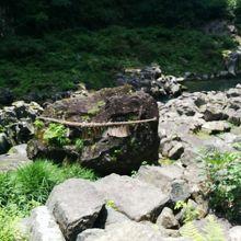 高千穂峡の鬼八の力石です。