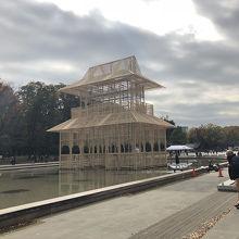 池に建てられた芸術作品
