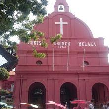 内部は静かな普通の教会