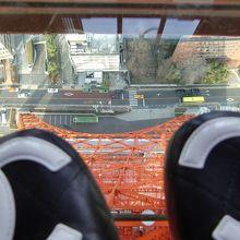 地上が見えます。ガラス板から覗いた地上。