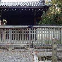 門と塀が残されている。