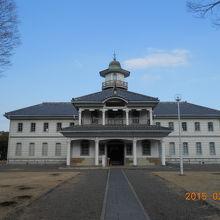 茨城県立歴史館の敷地にあります。