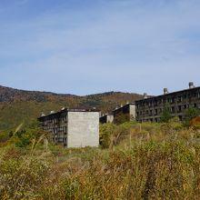 少し山を越えると突然現れる廃墟の建物群