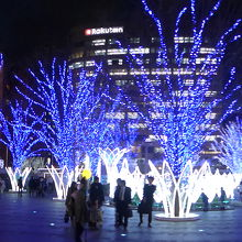 博多駅の大博通り側出口を出るとこの光景が飛び込んできます