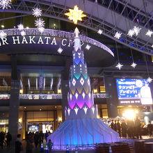 メイン広場の光のクリスマスツリー