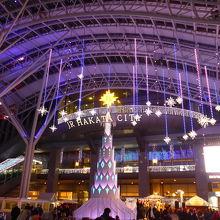 クリスマスツリーと天井から下がる雪の結晶