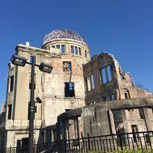 悲惨な原爆ドームと青空が対称的で胸につまるものがありました。