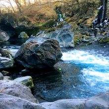 青い水が素敵な渓谷