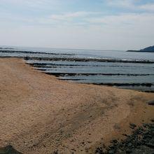 青島を取り巻く鬼の洗濯板こと波状岩です。
