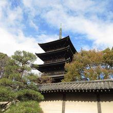 近鉄東寺駅から歩いて出会う五重塔