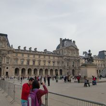 ルーブル美術館の3翼に囲まれた広場