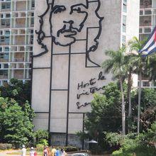 新市街の中心はこの革命広場です