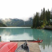 名前の通り、湖面はエメラルド色