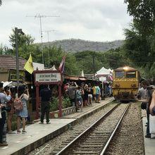 戦時中デスレイルウェイ(死の鉄道)と呼ばれた泰麺鉄道に乗る。