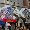 写真:ハリウッド・ロード(荷李活道)からキャット・ストリート(摩羅上街)