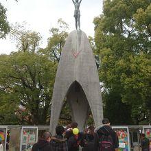 像の周りには千羽鶴が大量にありました。