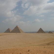 街から観るピラミッドは圧巻