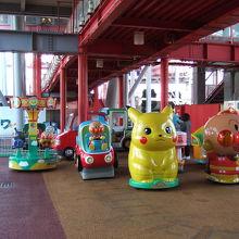 観覧車の下にも子供向け遊具がたくさん