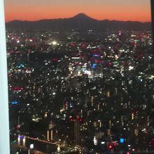 シルエット富士と東京の夜景です