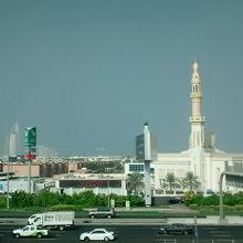 アラブ風の白い壁と独特なドーム型の屋根、尖塔がたいへんきれいな素晴らしい建築様式