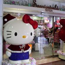サンタっぽい服装のキティちゃんがいました