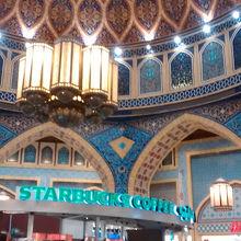 「世界一美しいスタバ」と言われるだけあり、イスラム風デザインがモダンでかつ伝統的!