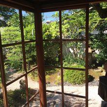 ガラス戸越しに見る庭が綺麗