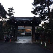 門の内側付近に公家の近衛邸と桂宮邸があった