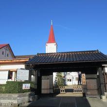 赤い塔屋がシンボルの天主堂
