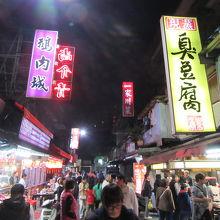 フード屋台とお店の多い地元密着型夜市