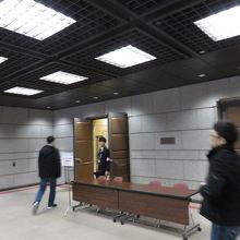 エスカレータで2階に上ると控室があります。