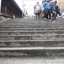 石段は登るのも下るのも大変です