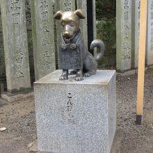 こんぴら狗の銅像です。新しい感じです。