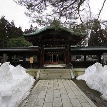 拝殿は、この緑青を吹いた銅版屋根の入口の無効です